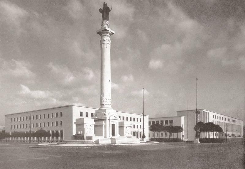 Il Collegio Aeronautico Bruno Mussolini progettato (1934 -1941) da Cesare Valle. In primo piano il monumento ai Caduti di Cesare Bazzani (1925 -1932). Immagine d'epoca.