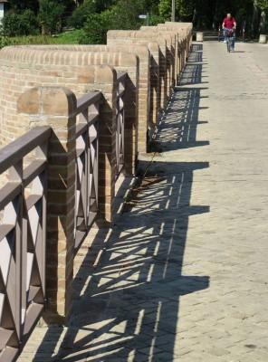 Al ponte sul fume Rabbi si accede da via Fiume Rabbi, trasversale di destra del viale Dell'Appennino per chi si allontana da Forlì.
