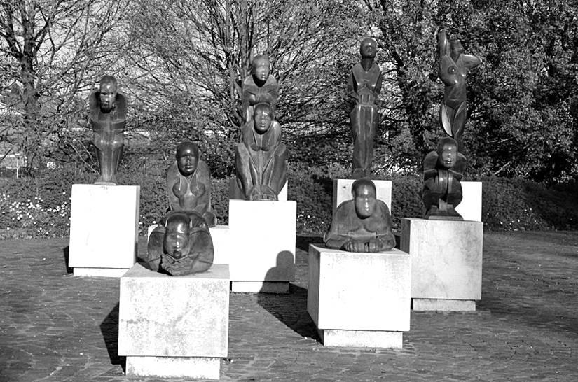 """La """"Scacchiera"""". Realizzata in gesso nel 1976, poi fusa in bronzo e collocata postuma nel 2002 nel Parco Urbano."""