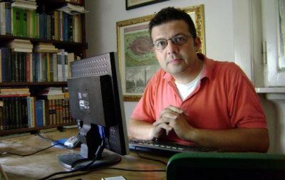 Paolo Cortesi nel luogo dove crea le sue opere.
