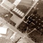 A destra la scuola media prefabbricata. A sinistra, più in alto, il palazzo della sport. Foto aerea degli anni '70
