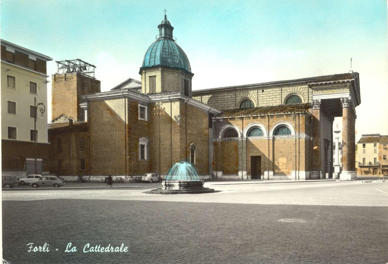 Il campanile del Duomo mozzato dalle mine posizionate dai nazisti durante la ritirata. E' visibile un traliccio provvisorio allestito per il funzionamento delle campane. Cartolina illustrata spedita nei primi anni '60. Raccolta privata.